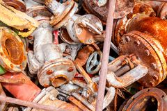 Diversas piezas aherrumbradas envejecidas de equipo obsoleto en el depósito de chatarra fotografía de archivo libre de regalías