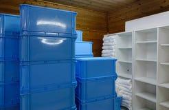 Diversas pilhas de caixa plástica no armazém Imagens de Stock Royalty Free