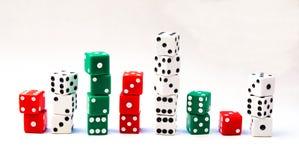 Diversas pilhas de cubos vermelhos, verdes, e brancos dos dados Imagem de Stock Royalty Free