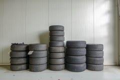 Diversas pilhas do pneumático em uma garagem foto de stock royalty free