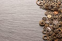 Diversas ruedas dentadas del metal con las monedas de los E.E.U.U. fotografía de archivo libre de regalías
