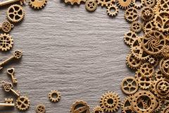 Diversas ruedas dentadas del metal, ruedas de engranaje y llaves imágenes de archivo libres de regalías