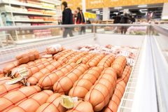Diversas salchichas hervidas listas para la venta en el hipermercado imagen de archivo libre de regalías