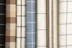 Diversas servilletas dobladas de la tela como fondo imágenes de archivo libres de regalías