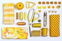 Diversas sombras amarillas de costura de los accesorios y de las herramientas Fotos de archivo libres de regalías
