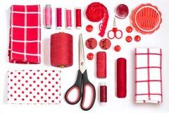 Diversas sombras de costura del rojo de los accesorios y de las herramientas Imagen de archivo libre de regalías