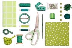 Diversas sombras verdes de costura de los accesorios y de las herramientas Imagen de archivo libre de regalías