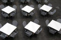 Diversas tabelas e cadeiras prontas para que os jantares estabeleçam-se dentro para uma refeição imagens de stock royalty free