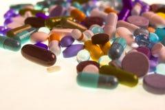 Diversas tabletas, cápsulas, drogas de la terapia y píldoras multicoloras farmacéuticas fotografía de archivo libre de regalías