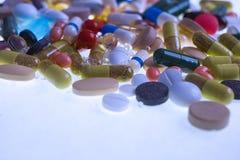 Diversas tabletas, cápsulas, drogas de la terapia y píldoras multicoloras farmacéuticas imagen de archivo