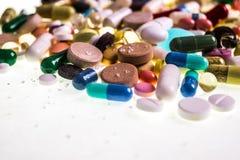 Diversas tabletas, c?psulas, drogas de la terapia y p?ldoras multicoloras farmac?uticas fotografía de archivo libre de regalías