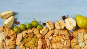 Diversas tartas de las frutas adornadas con las especias - estrellas del canela y del anís en el fondo concreto gris Galette sano fotos de archivo libres de regalías
