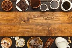 Diversas tazas de café y pasteles dulces en la tabla de madera del vintage, a Imagenes de archivo