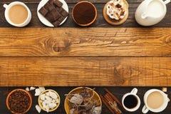 Diversas tazas de café y pasteles dulces en la tabla de madera del vintage, visión superior Foto de archivo