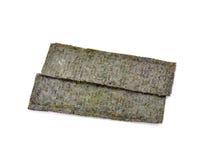 Diversas tiras das folhas de alga secadas isoladas em um backg branco imagens de stock