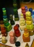 Diversas torres de la arcilla de modelado del color cerca encima de la foto Imagenes de archivo