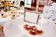 Diversas tortas deliciosas en la tabla de la recepción nupcial Imágenes de archivo libres de regalías