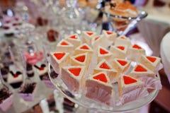 Diversas tortas deliciosas en la tabla de la recepción nupcial Imagenes de archivo