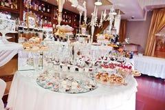 Diversas tortas deliciosas en la tabla de la recepción nupcial Fotografía de archivo libre de regalías