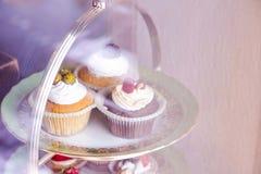 Diversas tortas en un soporte hermoso imagen de archivo