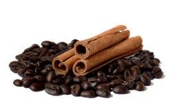 Diversas varas de feijões da canela e de café / Isolado/ imagens de stock royalty free