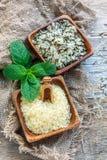 Diversas variedades de arroz en cuencos de madera Imagenes de archivo