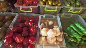 Diversas variedades de las salmueras, de las setas, de los tomates, de las cebollas y de otro salar en mercado local de la comida almacen de metraje de vídeo