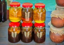 Diversas variedades de miel en los bancos, ofrecidas para la venta Imagen de archivo libre de regalías