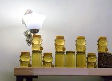 Diversas variedades de miel en los bancos, ofrecidas para la venta Fotografía de archivo