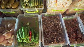 Diversas variedades de salar, salmueras, setas, tomates, cebollas en mercado local de la comida de la comida sana almacen de metraje de vídeo