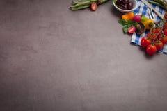 Diversas verduras e hierbas en la tabla de madera oscura Fotografía de archivo libre de regalías