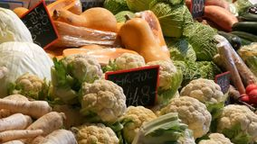 Diversas verduras en el contador del mercado del ultramarinos Comida sana, fibra, dieta, inscripción en húngaro metrajes