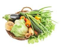 Diversas verduras en la cesta Fotografía de archivo