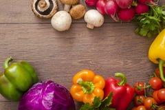 Diversas verduras en un círculo en el piso de madera Imágenes de archivo libres de regalías