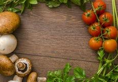 Diversas verduras en un círculo en el piso de madera Foto de archivo libre de regalías