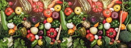 Diversas verduras frescas coloridas por todo la tabla en marco completo Comida sana y con muchas vitaminas Visión superior foto de archivo