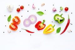 Diversas verduras frescas e hierbas en el fondo blanco Concepto sano de la consumici?n imagen de archivo libre de regalías