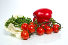 Diversas verduras frescas en el fondo blanco. Fotos de archivo