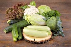 diversas verduras frescas, verdes en un fondo de madera marrón foto de archivo libre de regalías