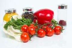 Diversas verduras frescas y especias en el fondo blanco. Imagen de archivo