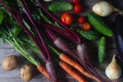 Diversas verduras orgánicas en el fondo de madera rústico, forma de vida sana, cosecha del otoño, comida cruda, visión superior Imagen de archivo libre de regalías
