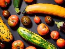 Diversas verduras orgánicas frescas para sano en fondo gris Fotografía de archivo libre de regalías