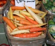 Diversas zanahorias coloreadas en mercado Fotografía de archivo libre de regalías