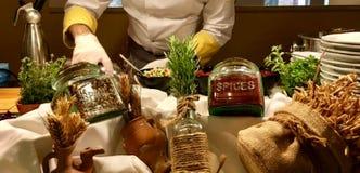 Diverse additieven aan verschillende schotels, aromatische kruiden stock afbeeldingen