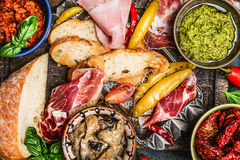 Diverse antipasti, ciabattabrood, pesto en ham, hoogste mening Royalty-vrije Stock Afbeelding
