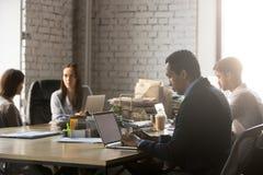 Diverse arbeiders die bezige werkdag hebben op gedeeld kantoor royalty-vrije stock afbeelding