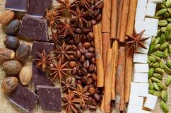 Diverse aromatische kruiden spelen anijsplant, kaneel, notemuskaat, suikerkubussen, koffiebonen, chocolade dichte omhooggaand mee stock fotografie