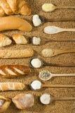 Diverse bakkerij op tarweachtergrond stock afbeeldingen