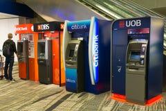 Diverse bank ATMs bij de internationale luchthaven van Singapore Changi Stock Afbeelding