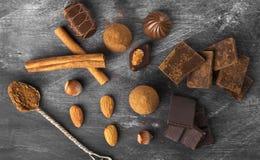 Diverse banketbakkerij: chocolade, suikergoed op een donkere achtergrond stock foto